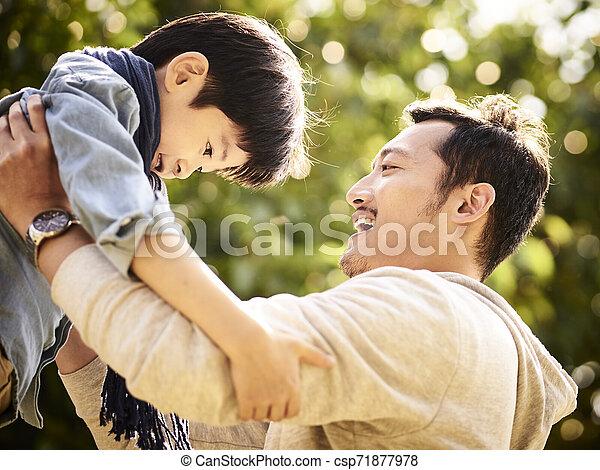 喜び, 父, 息子, アジア 子供, 持ち上がること - csp71877978