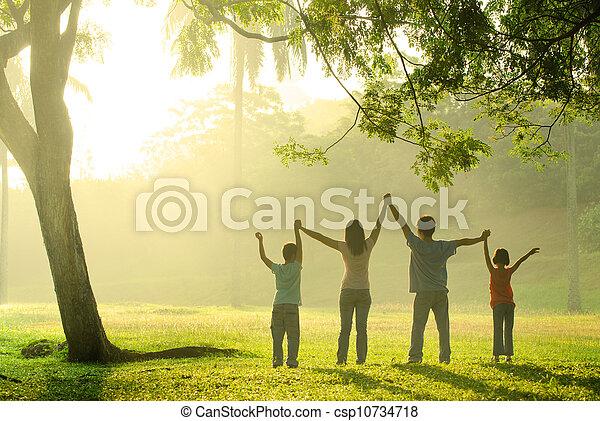 喜び, 跳躍, アジア 家族 - csp10734718