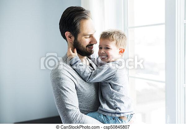 地位, かわいい, 男の子, 大きい, 父, 若い, 窓。, 保有物, 幸せ - csp50845807