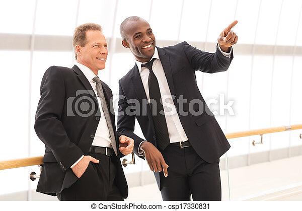 地位, それら, 指すこと, ビジネス, 人々。, 男性, 2, 1(人・つ), 朗らかである, 間, 他, それぞれ, 終わり, 微笑, 離れて - csp17330831