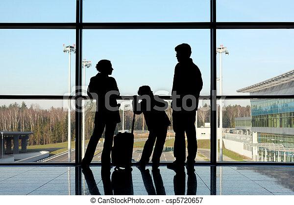 地位, シルエット, 手荷物, 父, 窓, 息子, 空港, 母 - csp5720657