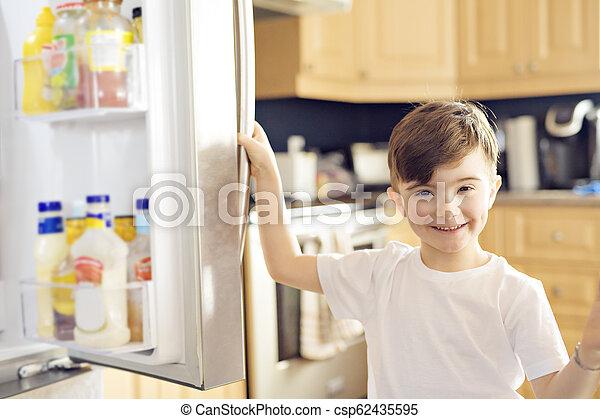 地位, 男の子, 若い, refrigerator., 前部, 白, 開いた - csp62435595