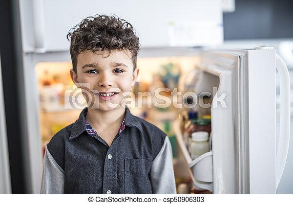 地位, 男の子, 若い, refrigerator., 前部, 白, 開いた - csp50906303