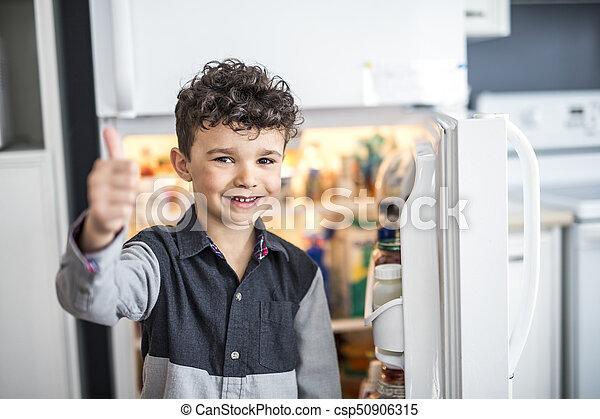 地位, 男の子, 若い, refrigerator., 前部, 白, 開いた - csp50906315