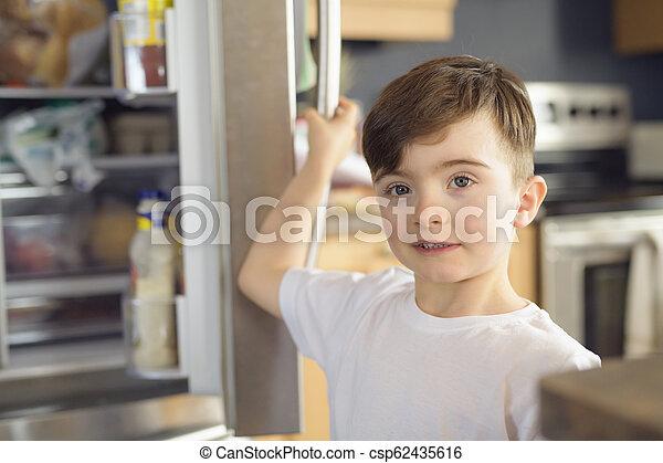 地位, 男の子, 若い, refrigerator., 前部, 白, 開いた - csp62435616
