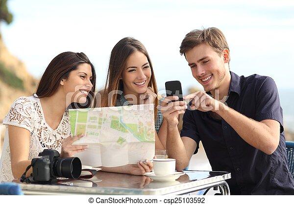 地図, 相談, グループ, 観光客, 若い, 電話, 友人, 痛みなさい, gps - csp25103592