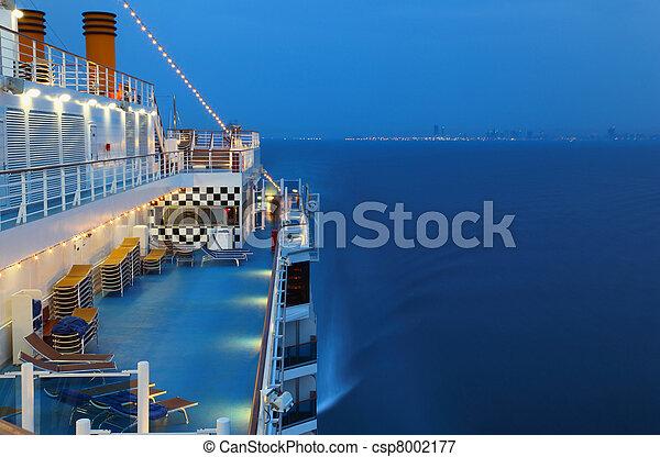 城市, 照明, 人們, 夜晚, 海, 游覽班船 - csp8002177