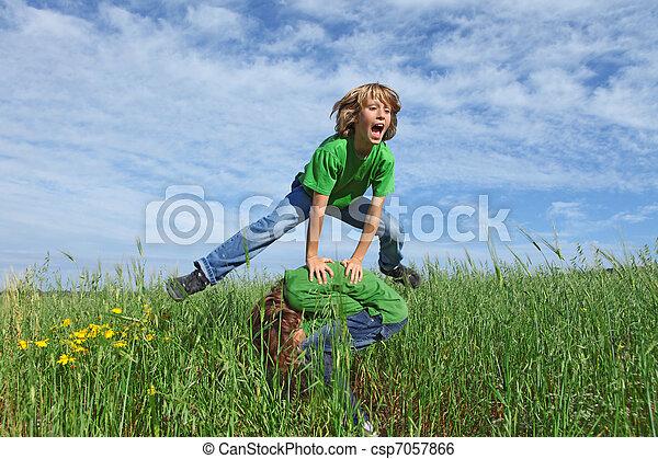 夏の 子供, 健康, 馬跳び, 屋外で, 遊び, 幸せ - csp7057866