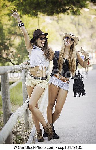 夏, ファッション, 若い女性たち - csp18479105