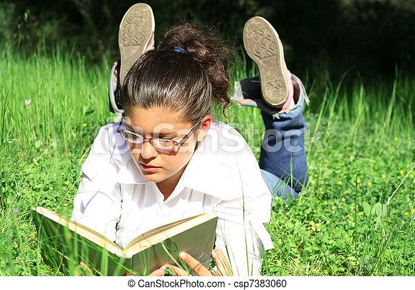 夏, 草, 卵を生む, 本, 屋外で, 女の子の読書, キャンパス - csp7383060