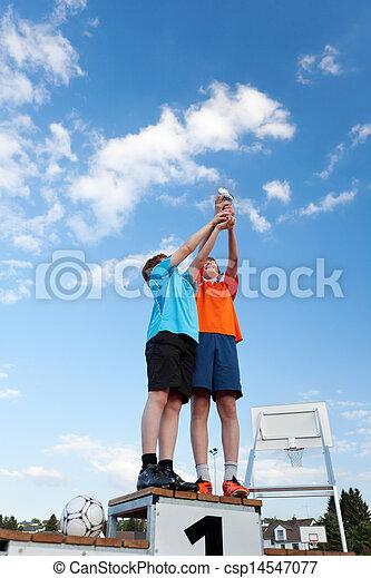 奖杯, 站, 角度, 天空, 当时, 对, 男孩, 墩座墙, 胜利者, 低, 握住, 察看 - csp14547077