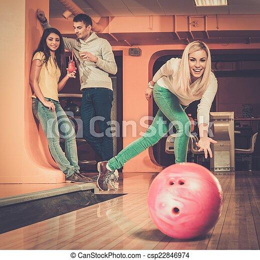 女の子, ボール, 投げるクラブ, ボウリング, 微笑, ブロンド - csp22846974