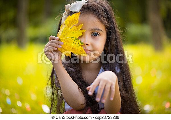 女の子, 上に, ヒスパニック, 黄色の葉, 隠ぺい, かわいい - csp23723288