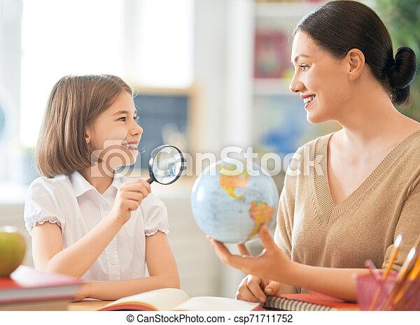 女の子, 教師, classroom. - csp71711752
