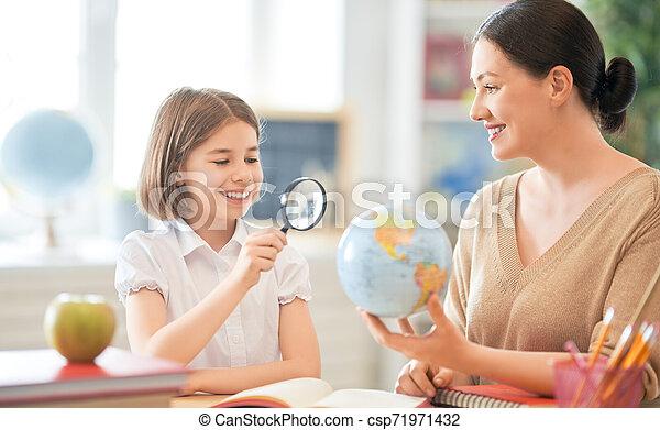 女の子, 教師, classroom. - csp71971432