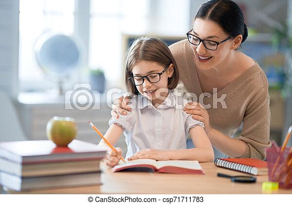 女の子, 教師, classroom. - csp71711783