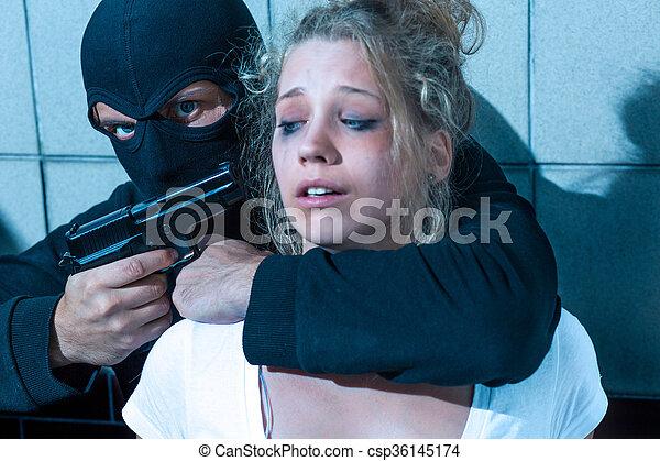 女の子, 銃, 指すこと, 人 - csp36145174