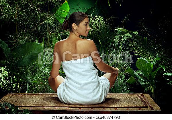 女性が瞑想する, 若い, 環境, エステ, tropic, すてきである, 光景 - csp48374793