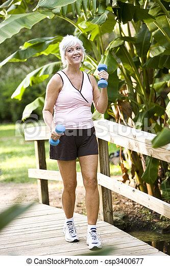 女性の歩くこと, ウエイト, 公園, 手, 運動 - csp3400677