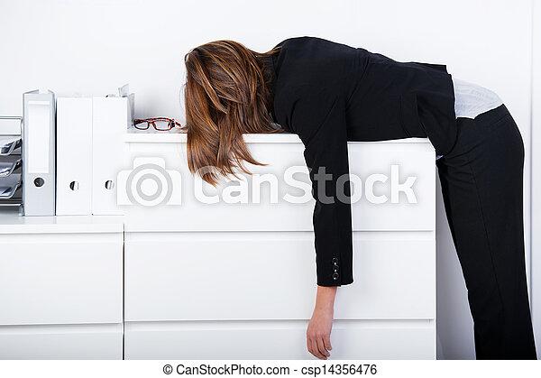女性実業家, カウンター, 睡眠 - csp14356476