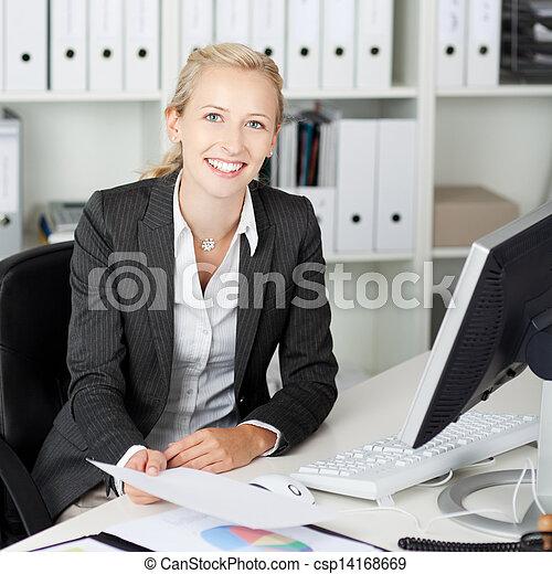 女性実業家, 机, ペーパー, 保有物, 確信した - csp14168669