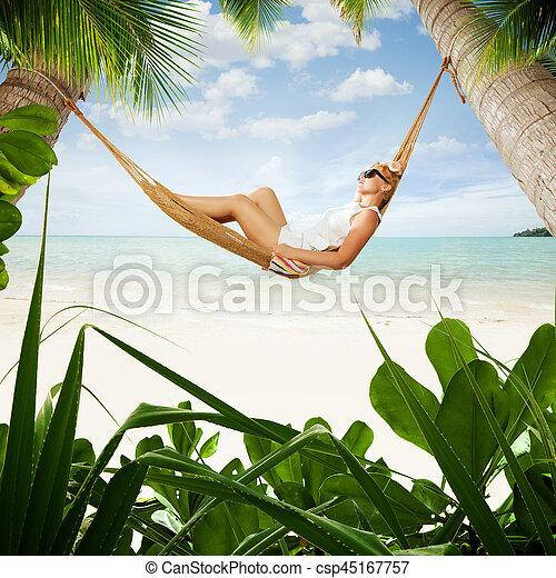 女性, 若い, hummock, トロピカル, 振動, すてきである, 浜, 光景 - csp45167757