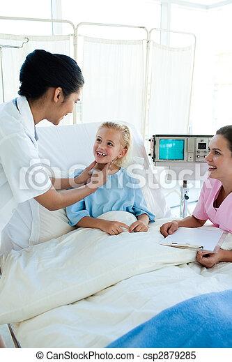 女性 醫生, 檢查, girl\'s, 白膚金發碧眼的人, 咽喉 - csp2879285