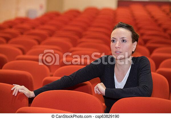女, コンサート, モデル, 1(人・つ), 椅子, ホール - csp63829190