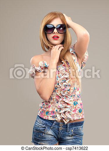 女, ショートパンツ, サングラス, ファッション, ポーズを取る, 肖像画, セクシー - csp7413622