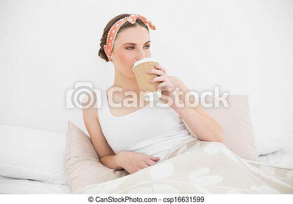 女 ベッド, 若い, 飲む コーヒー, 彼女 - csp16631599