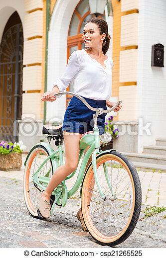 女, 乗馬の自転車, 探検, 若い, places., 微笑, 魅力的, 型, 見る, 新しい - csp21265525