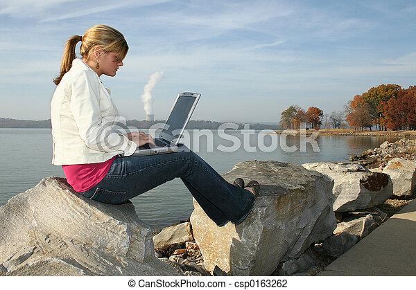 女, 公園, コンピュータ - csp0163262