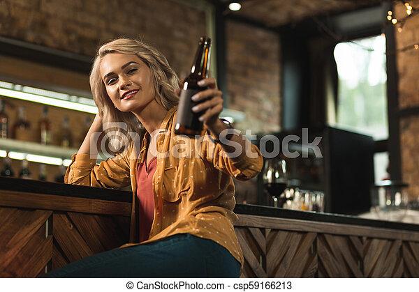 女, 彼女, 勧誘, 飲みなさい, ビール, かなり, ブロンド - csp59166213
