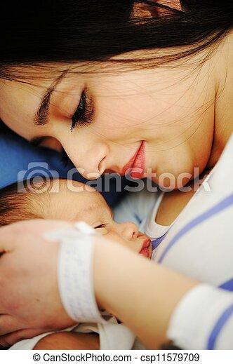女, 彼女, 病院, 新生, 保有物の赤ん坊 - csp11579709