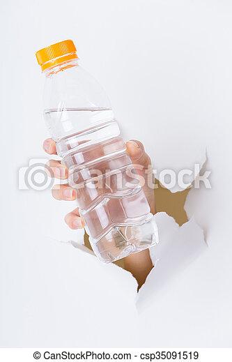 女, 手, 水, ペーパー, によって, びん, 穴 - csp35091519