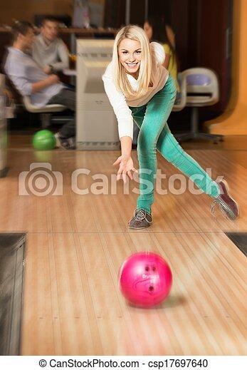 女, 投げる, 若い, クラブ, ボール, ブロンド, ボウリング, 微笑 - csp17697640