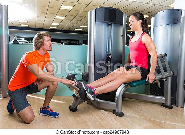 女, 拡張, ジム, 機械, 練習, 子牛 - csp24967943