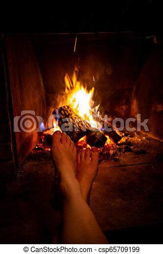 女, 火, 開いた, 若い, 裸, 加熱された, 足, 暖炉 - csp65709199