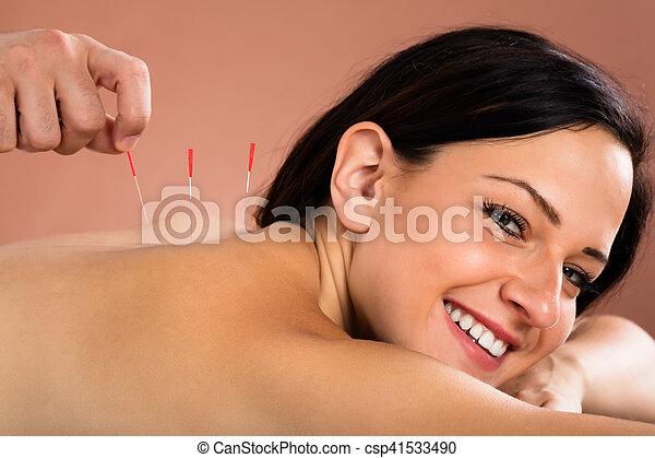 女, 若い, 待遇, 刺鍼術, エステ, 受け取ること - csp41533490