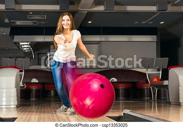 女, 若い, 気持が良い, ボール, ボウリング, 投球 - csp13353025