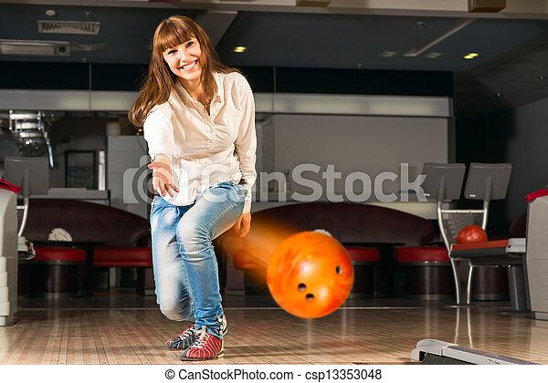 女, 若い, 気持が良い, ボール, ボウリング, 投球 - csp13353048