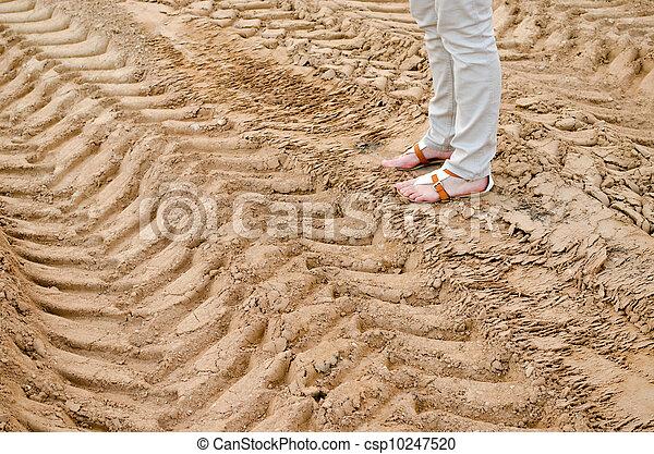 女, 足, 砂, 立ちなさい, トラック, 軌道に沿って進む, 採石場 - csp10247520