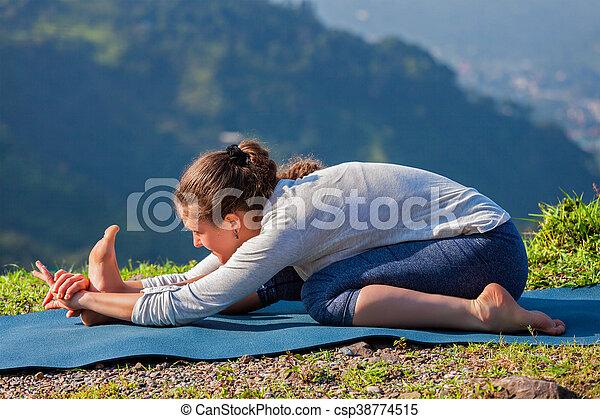 女 ekapada stretchin paschimottanasana asana tiryam