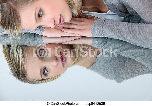 妇女, 反映, 她, 看, 镜子, blonde - csp8412539