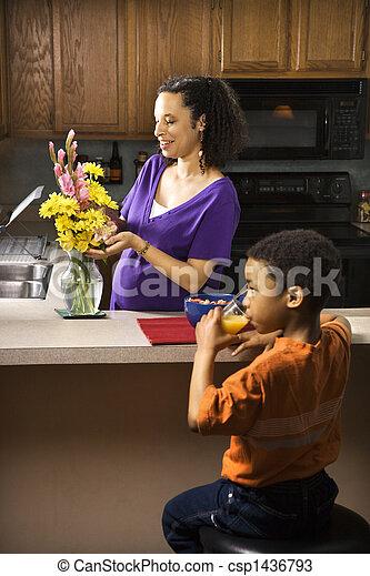 妊娠しているママ, son. - csp1436793