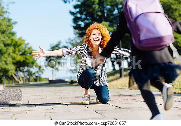 娘, 単一, 彼女, 親, ミーティング, 幸せ, わずかしか - csp72851057