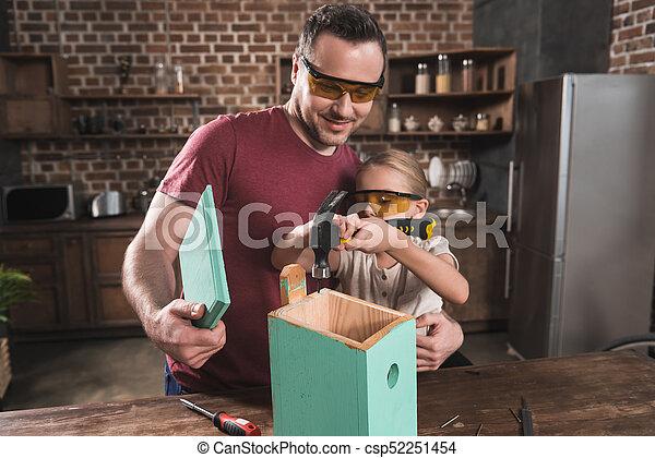 娘, 父, birdhouse, 作成 - csp52251454