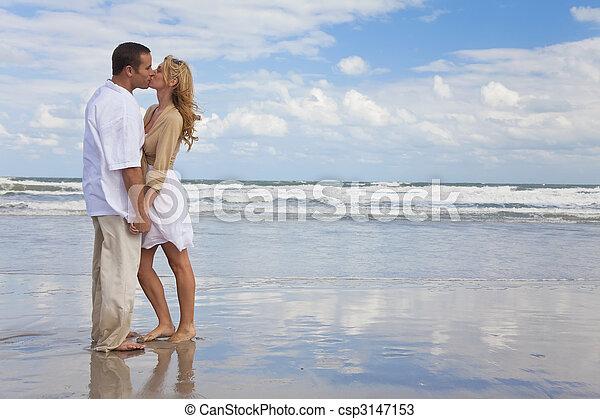 婦女, 扣留手的夫婦, 親吻, 海灘, 人 - csp3147153