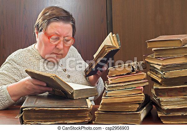 婦女, 老, 圖書館 - csp2956903