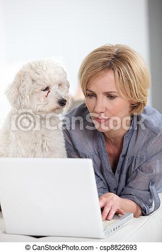 婦女, 膝上型, 狗, 其次, 電腦, 鍵入, 小, 白色 - csp8822693